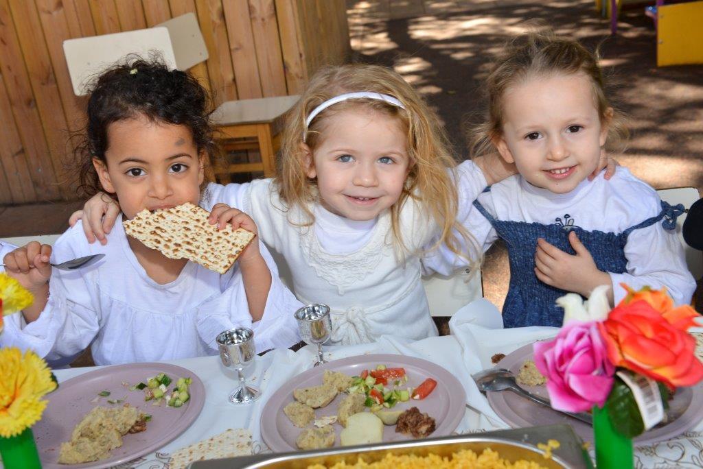 Tre barn äter matze