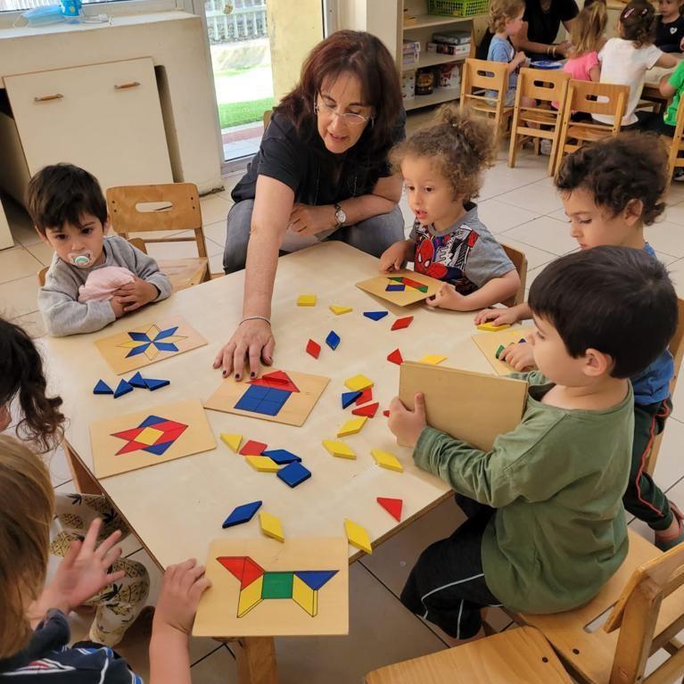 Barn pysslar på WIZO:s förskola